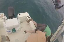 Balık tutmaya çalışırken denize düşen adam