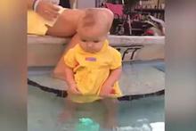 Minik bebeğin yüzmeyi öğrendiği an yeşil terliğe baktı ve...