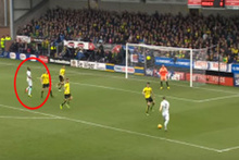 İngiltere'de futbolcunun kafasına çarpan top ağlara gitti