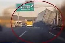 Otoyolda akrobatik hareketler yapan kamyon