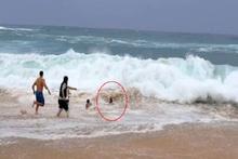 Dev dalgalar çocuğu az daha yutuyordu