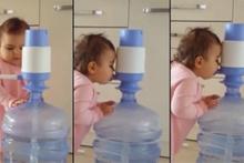 Damacanadan su içmenin yolunu bulan bebek
