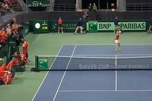 Kızgın tenisçi hakemi gözünden böyle vurdu!