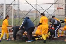 Kadın futbolcular sahada birbirine girdi