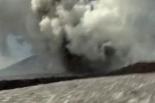 Belgesel ekibi çekim yaparken yanardağ patladı!