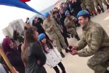 Yemin töreninde komando marşıyla evlilik teklifi