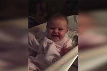 Kamerayı görünce gülmeye başlayan sevimli bebek