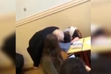 Derste uyuyan öğrencisini böyle uyandırdı! Kimse beklemiyordu