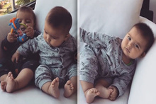 Sevimli ikizler ayaklarını keşfetti