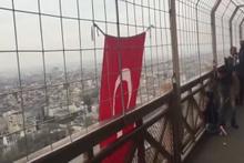 Eyfel Kulesi'ne Türk bayrağı astı
