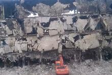 Bina iş makinesinin üzerine çöktü