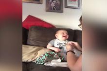 Patlayan naylon ile eğlenen sevimli bebek