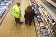 Marketin ortasında skandal hareket