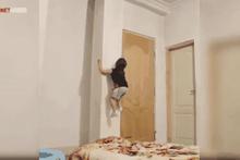 Düz duvara tırmanan örümcek kız