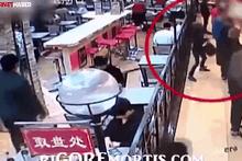 Yemek sırasında defalarca bıçakladı