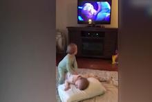 İki yaşındaki ikizler Karlar Ülkesi'nin sahnesini canlandırdı