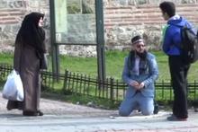 Ahsen Tv muhabiri el açıp dilendi