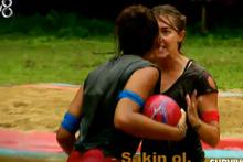 Survivor'da Tuğçe ve Şahika havuzda birbirine girdi