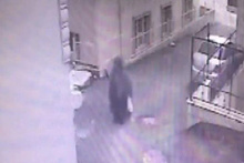 Bebeğin sokağa bırakılma anı güvenlik kamerasında