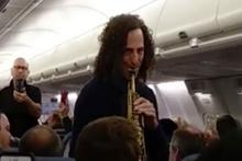 Ünlü sanatçı uçakta serenat yaptı
