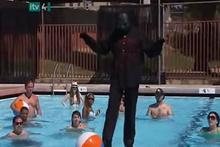 Maskeli sihirbaz hilelerini gösterdi suyun üzerinde bakın nasıl yürüyor