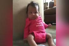 Hapşırırken kendi kendine yumruk atan bebek