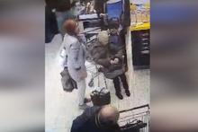 Yaşlı kadın mağazanın ortasına yaptı