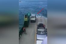 Vapurdan düşen araç saniyeler içinde suya gömüldü