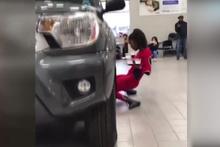 Böylesi görülmedi! Arabanın altından geçerken şok etti