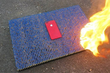 10.000 kibrit üzerinde kırmızı iPhone 7 yakılıyor