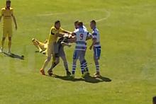 Sinirlerine hakim olamayan futbolcu hakemi bayılttı