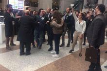 Adliye içinde eylem yapan gruba polis müdahalesi