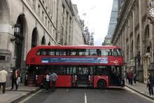 Çift katlı otobüs sokakta sıkışıp kaldı