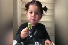 Küçük kızın brokoli yeme keyfi