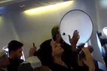 Yolcular uçakta türkü söyledi hostesler ritim tuttu