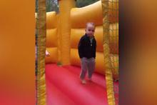 Şişme oyun parkında zıplayan cool çocuk