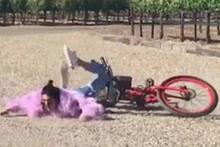Güzel manken Kendall Jenner böyle yere kapaklandı!