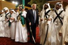 ABD Başkanı Trump, Suudi Arabistan'da kılıçla dans etti!