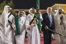 Donald Trump ile Suudi Kral Selman'ın kılıç dansı