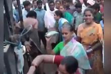 Kadınlar, tecavüzcüleri çırılçıplak soyup böyle dövdü