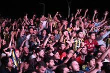 Türkiye Fenerbahçe maçı için dev ekranlara kilitlendi