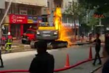 İstanbul'da korku dolu anlar! İş makinesi doğalgaz borusunu deldi