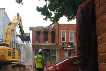 Acemi kepçe operatörü yandaki binayı yıktı