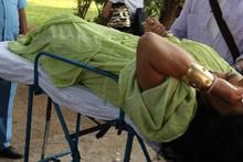 Bülent Ersoy'u Hindistan'da yılan ısırdı