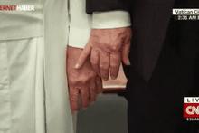 Trump'ın Papa'nın elini tutmak istemesi olay oldu