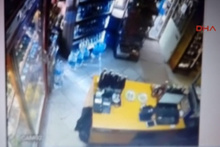 Manisa'da deprem güvenlik kamerasına yansıdı