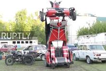 Lada aracını silahlı Transformers'a dönüştürdüler 