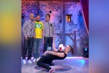 Top sektirerek şov yapan kız seyirciyi mest etti!