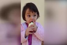 Soğanı elma gibi yiyen çocuk