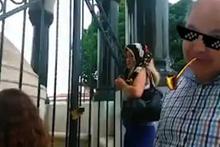 Alman çeşmesini türbe zannedip dua eden kadın